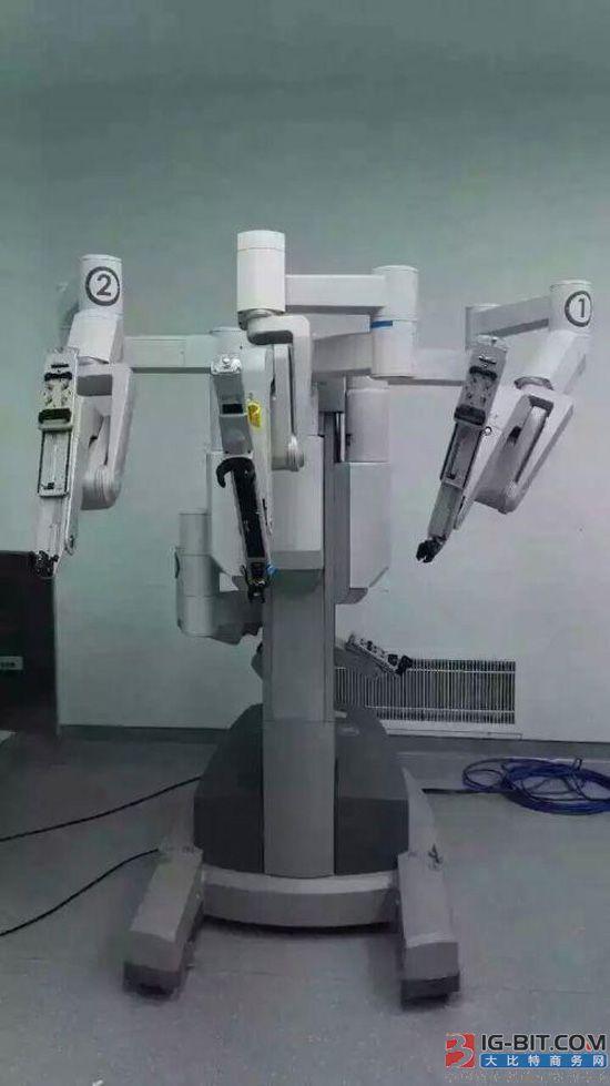 """福建会做手术的机器人""""大白"""" 4手并用 2小时切掉肿瘤"""