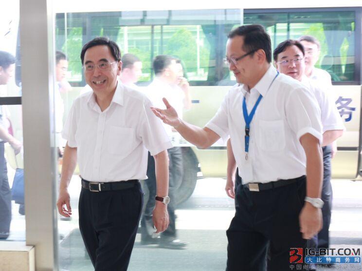 朱小丹省长(左)与肖国伟博士(右)
