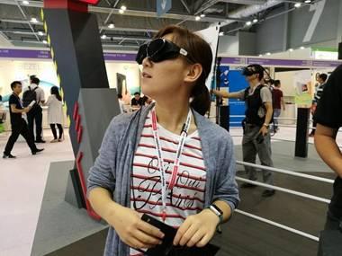 谁说VR都是头盔?你OUT啦!