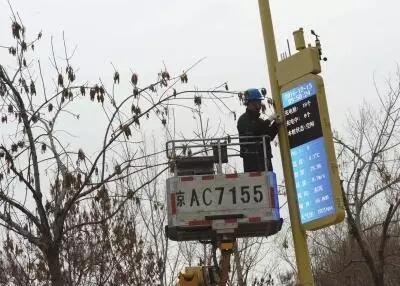 北京首批新型路灯杆亮相,能上网还能充电
