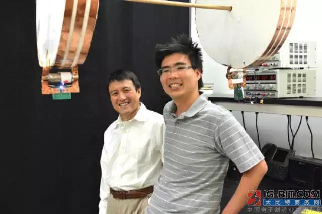 范汕洄教授(左)与第一作者 Sid Assawaworrarit 在实验装置前合影