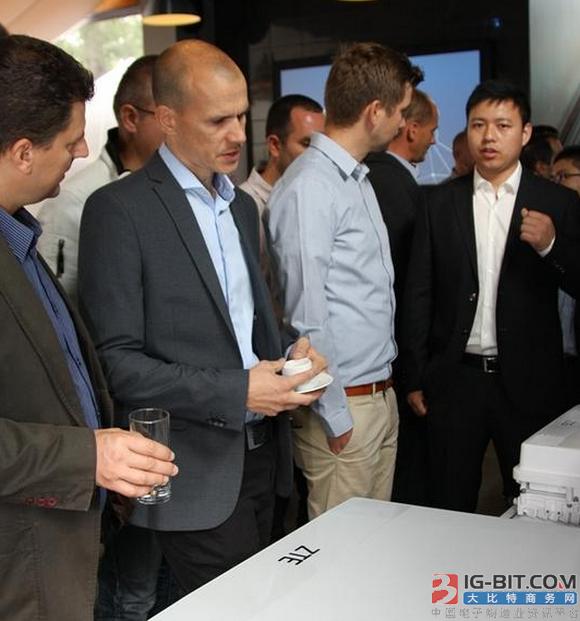 中兴通讯向匈牙利和斯洛伐克的合作伙伴介绍中兴通讯的5G技术研发成果