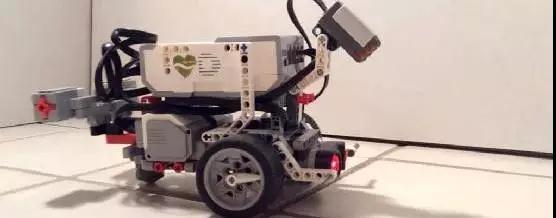 黑科技:科学家用软件模拟蠕虫大脑 然后控制机器人移动
