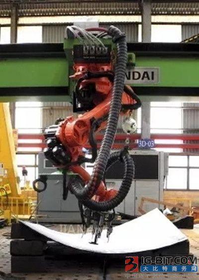 现代重工在全球造船业首次推出双曲面弯板机器人系统