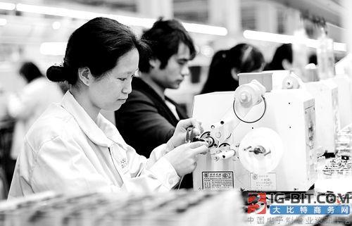 湖南道县晶石电子有限公司的员工在生产家电开关电源变压器