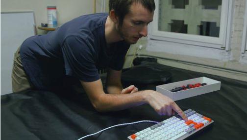 这位大咖收藏600多款键盘 还自己开了个键盘公司