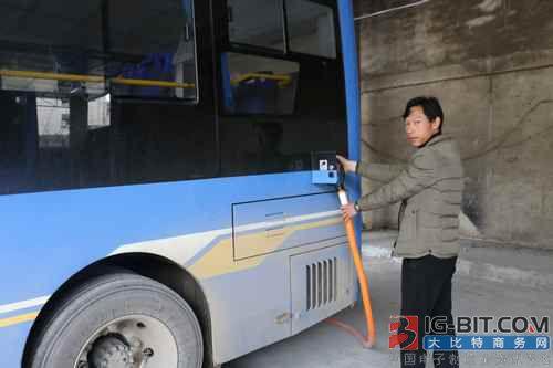 解决电动汽车用户充电难问题 德江县首批建成充电桩正式运营