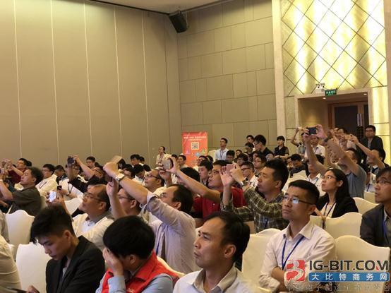 现场观众反应积极纷纷拿手机拍下方案