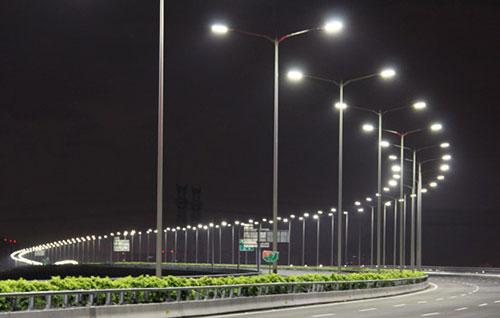 乌鲁木齐12条道路树木亮化打造错落有致夜景灯光