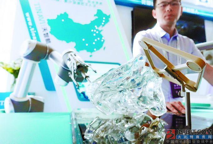 机器人做手术!安全性高、恢复快 智能医疗机器人受追捧