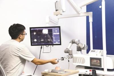 """手术机器人为外科医生""""导航"""" 成为医生的工具"""