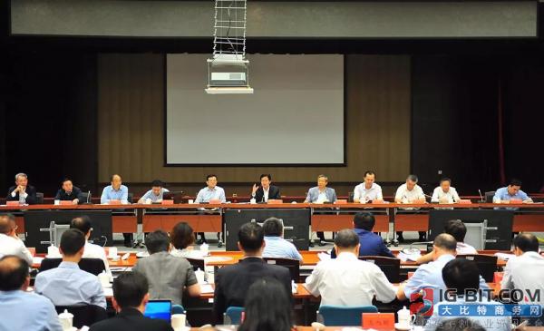 召开民营企业和小微企业金融服务座谈会。