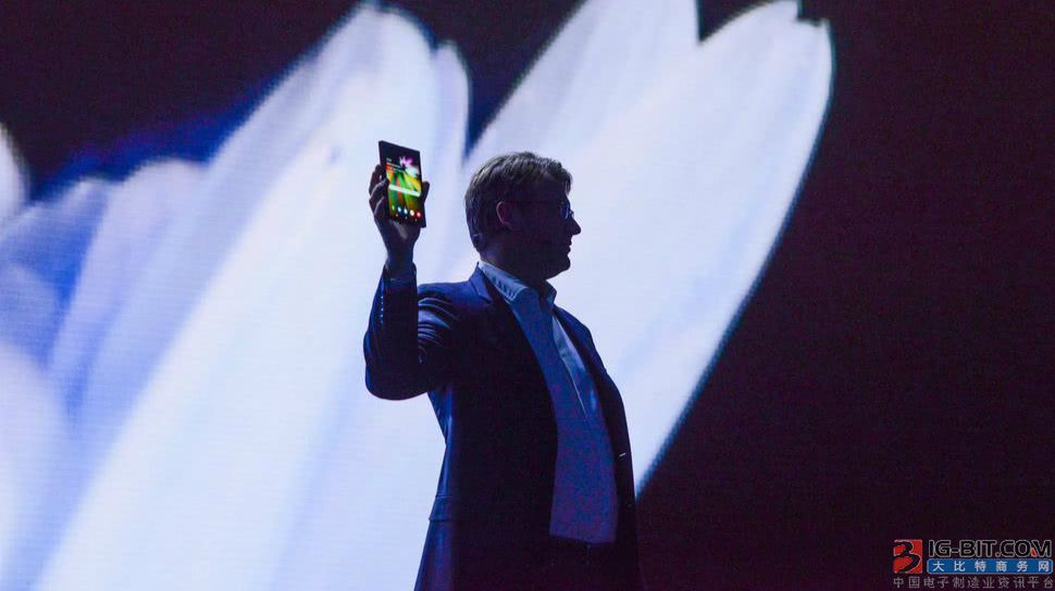 三星展示折叠屏手机凸显技术优势