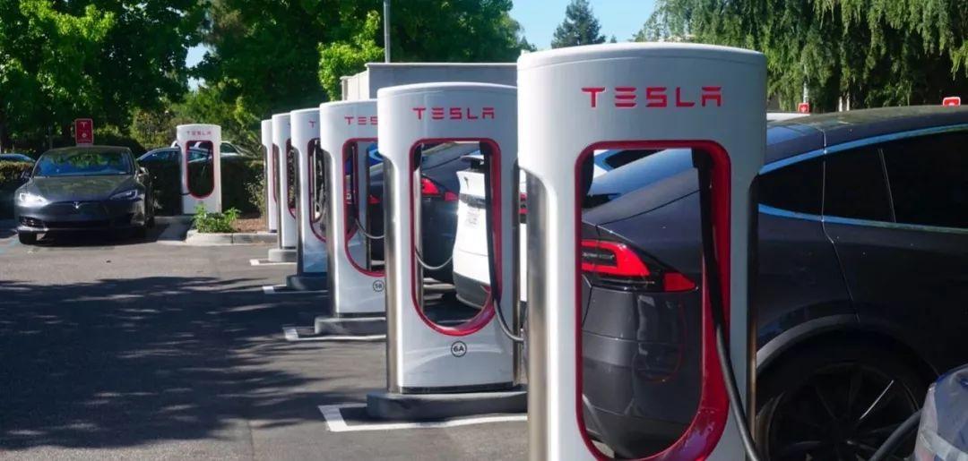 马斯克:特斯拉超级充电桩将翻倍 V3推迟到明年初