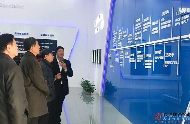 中国世界政治研究会荣誉会长彭小枫一行 考察横店东磁太阳能产业