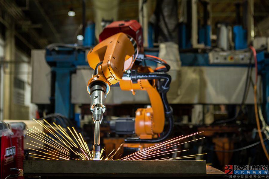 不是开玩笑,机器人已开始在汽车工厂跟人类抢饭碗了!