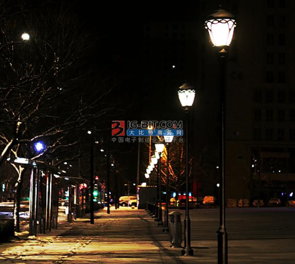 10年無路燈的那條小街如今燈亮了人多了 商家延長夜間營業