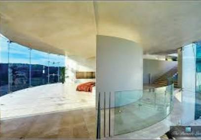 图 1.现代建筑广泛使用玻璃表面