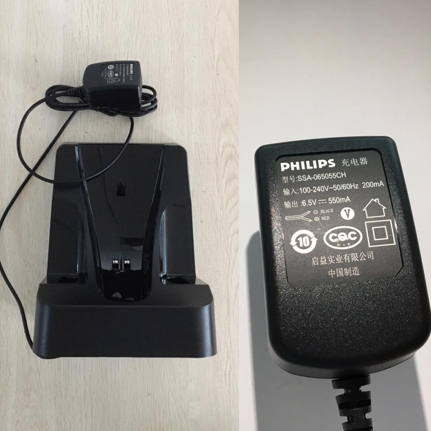 左方为充电底座:一个卡扣与两个电流接触点