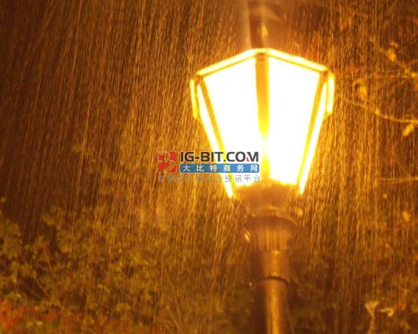 太阳能LED路灯照亮贫困村道路