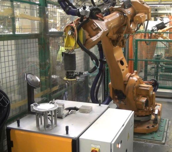 """寒驰科技自动换盘机器人 有效破解企业""""用工荒""""难题"""
