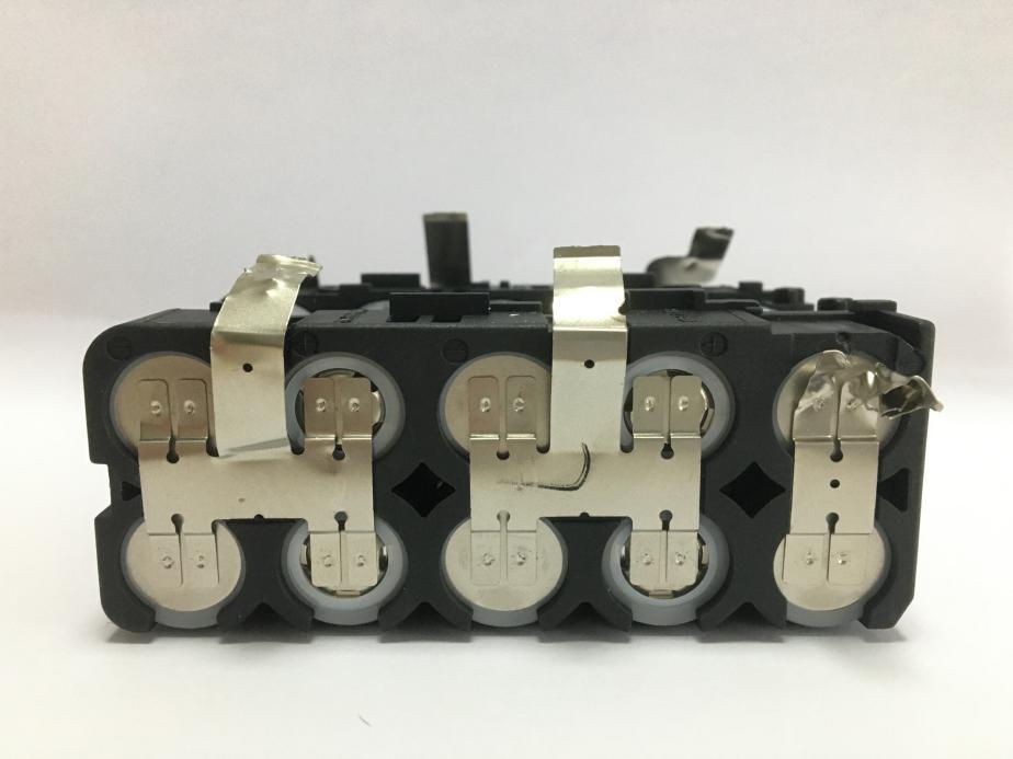 取出PCB板和电池组后,剪开连接的金属片,然后可得到一块完整的电池组