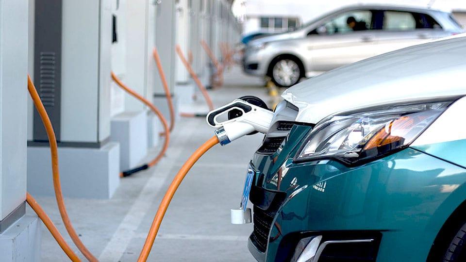 终止12连跌 新能源汽车市场冰火两重天
