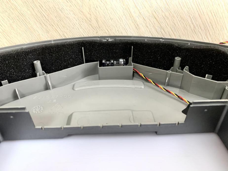 顶盖前方的防撞条内侧设置了较长、较厚的缓冲海绵,中间位置为红外传感器