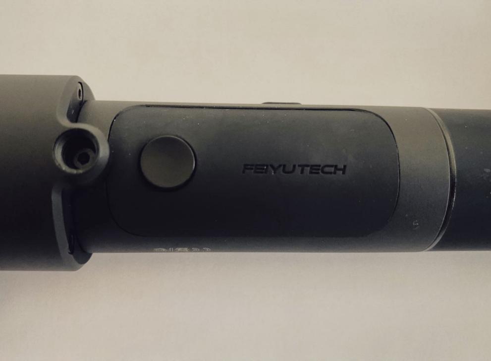 SPG-C手柄上方背面处设有一枚手动数码变焦按键和1/4英寸螺丝孔位