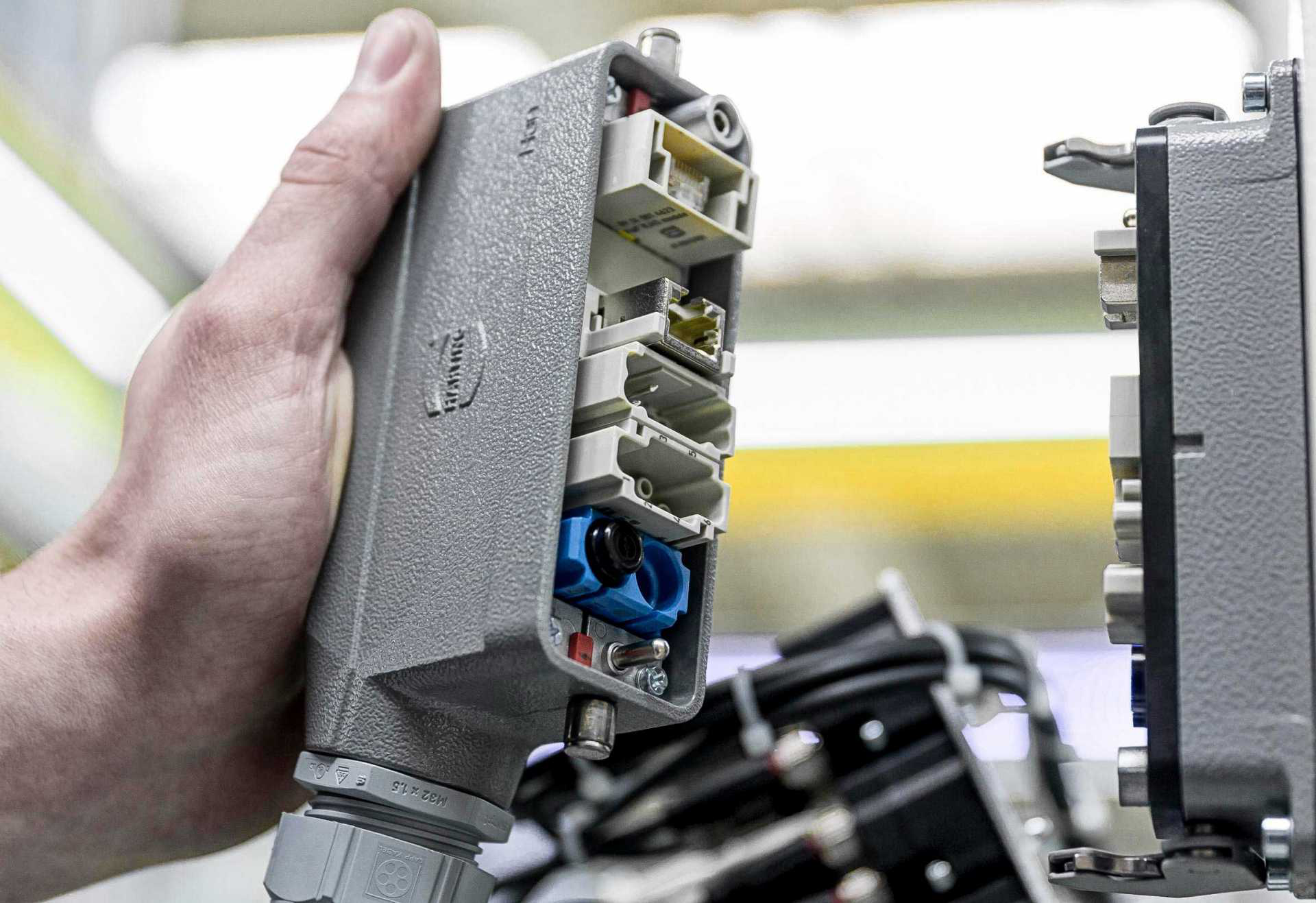 浩亭为智能工厂提供连接器和电缆解决方案
