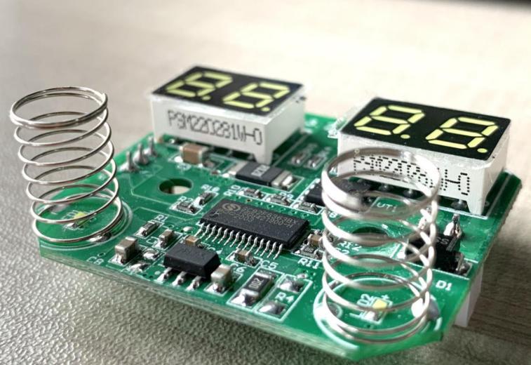 左右兩端各有設置金屬彈片以及LED貼片