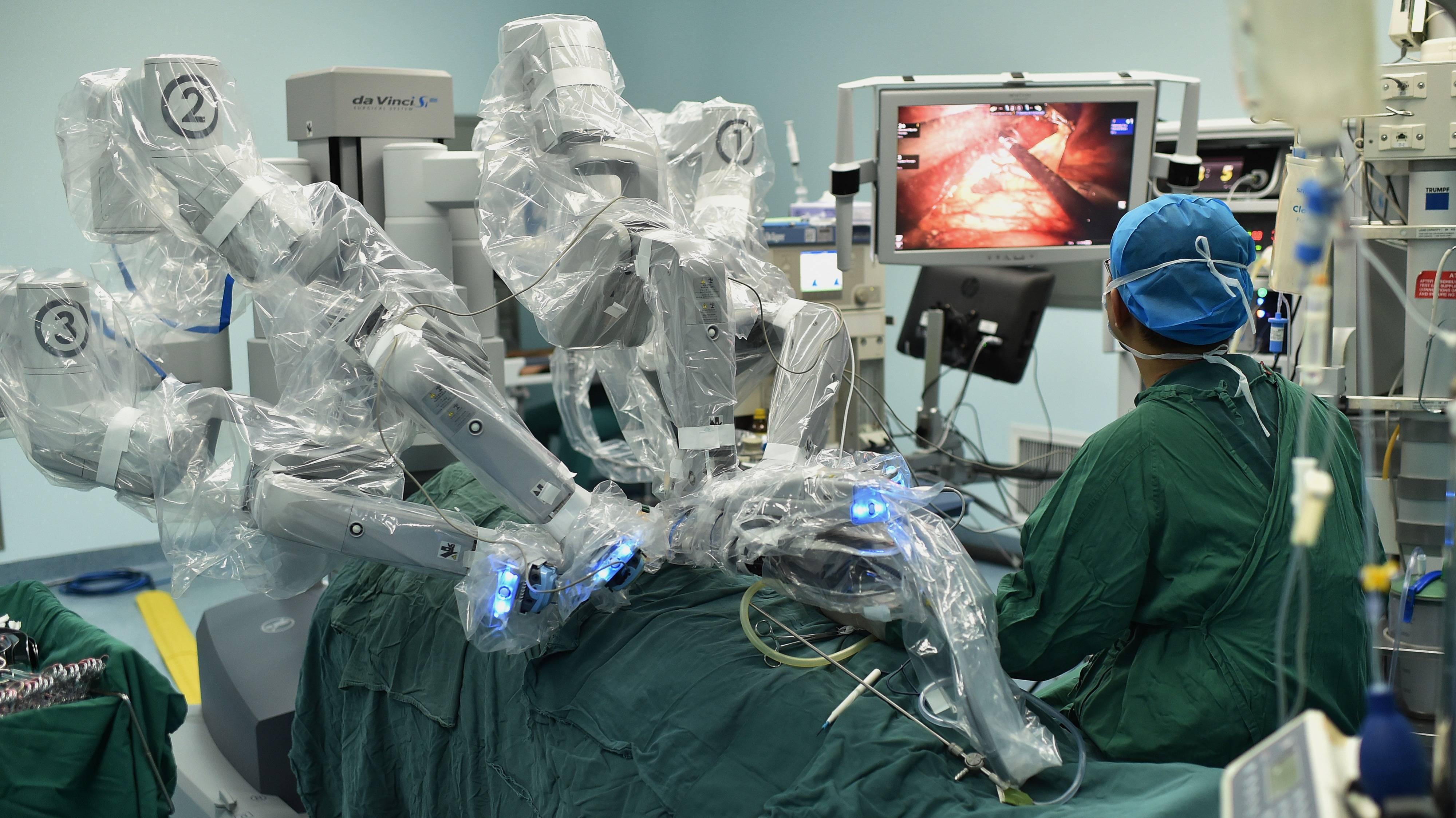 """珠海医院""""妙手""""机器人上岗 实现亚毫米级手术精度"""