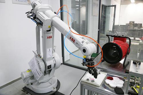 """从""""跟随""""到""""并跑"""":中国工业机器人补短板"""