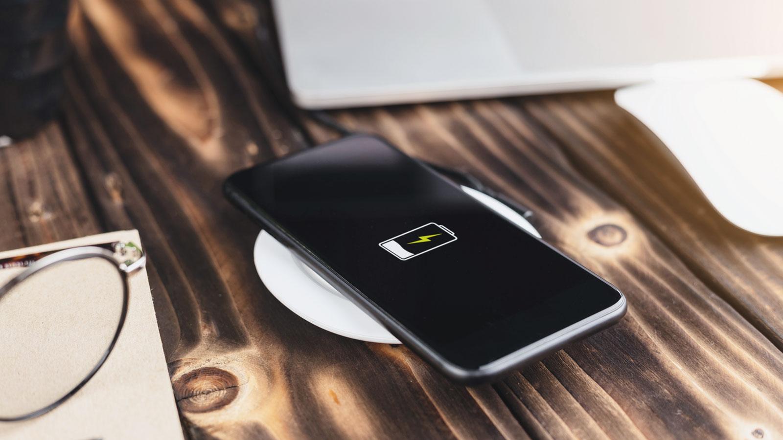 苹果新发布的MagSafe外接电池可让iPhone实现反向无线充电
