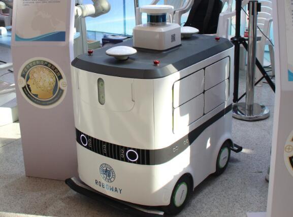 """贵州贵阳:物流机器人 """"送药""""好助手"""