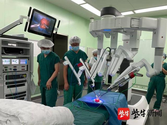 """""""三头六臂""""帮忙手术,第四代""""达芬奇""""手术机器人在省人医正式""""上岗"""""""